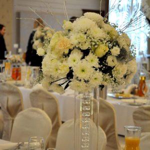 biała-dekoracja-na-stoły-ślubne