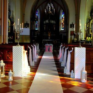 białe-postumenty-do-dekoracji-aranżacji-ślubnej