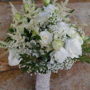 biały-bukiet-z-dodatkiem-tawuły-propozycja-na-ślub