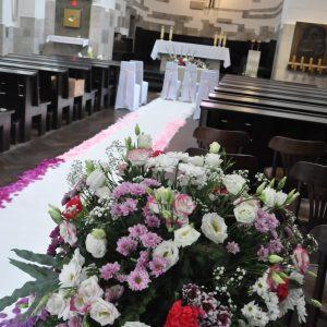 biały-dywan-płatki-róż-czerwone-kościół-wesele-ślub