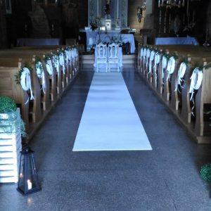 biały-dywan-w-alejce-ślubnej