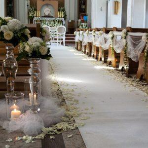 biały-dywan-ze-świecznikami-alejka-w-kościele