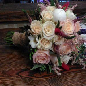 bukiet-na-ślub-białe-róże-z-dodatkiem-wrzosów-jesienny-bukiet