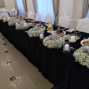 czarna-dekoracja-ślubna-obrusy-gipsówka