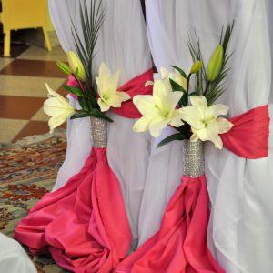 czerwona-dekoracja-w-kościele-florystka-dekoratorka
