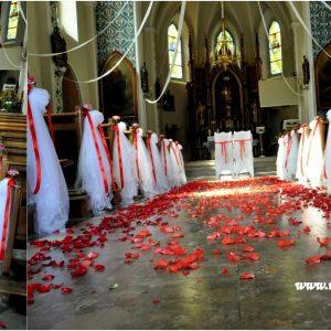 dekoracja-kościoła-z-czerwonym-motywem-przewodnim-z-płatkami-róż