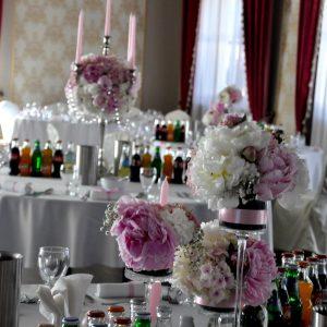 dekoracja-z-piwonii-kandelabry-świeczniki