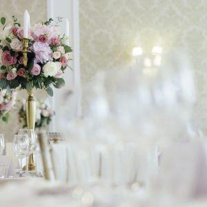 kandelabry-dekoracja-sali-weselnej-florystyka-ślubna
