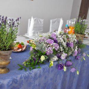 lawendowa-aranżacja-stołu-weselneg