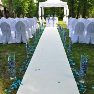 plener-biały-dywan-tuby-szklane-niebieski-ślub