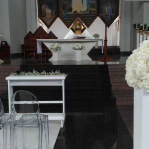 przeźroczyste-krzesła-do-dekoracji-kościoła