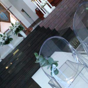 przeźroczyste-krzesła-na-ślub-kościelny