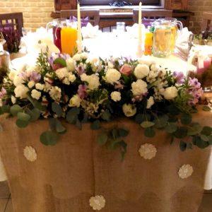 stół-pary-młodej-z-dekoracją-i-materiałęm