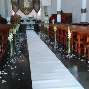 szklane-tuby-z-mieczykami-alejka-ślubna